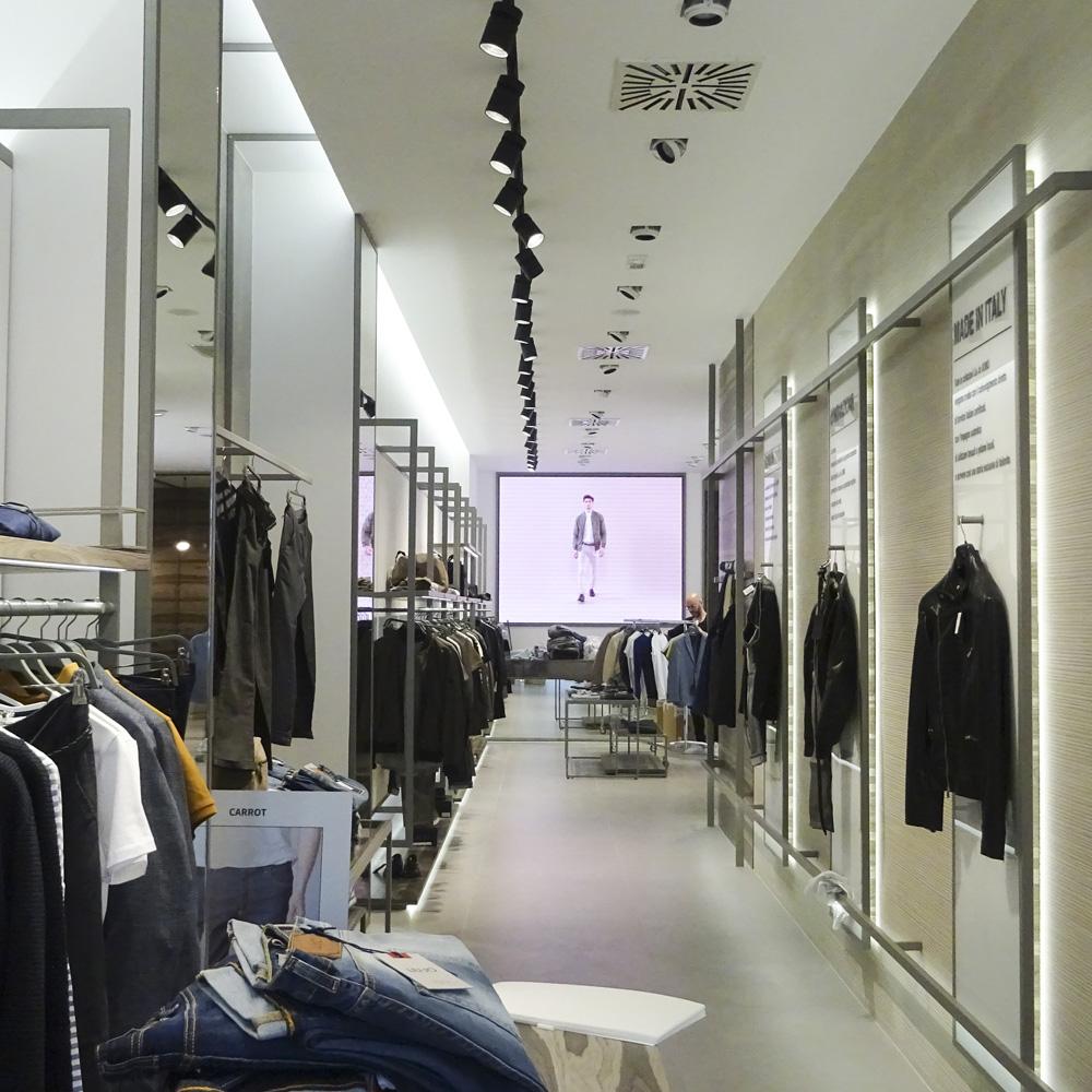 Liu Jo Uomo Corso Buenos Aires – Milano. Abbigliamento. 767420d4acb